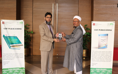 Khawaja Masood Raza, Winner of the first IBA CEIF poll being presented the prize, Mi Band 4 ,by Mr Ahmed Ali Siddiqui, Director IBA CEIF